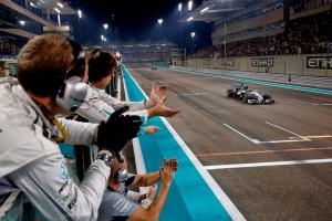 23-11-2014 Abu Dhabi. Lewis Hamilton kører over målstregen som verdensmester